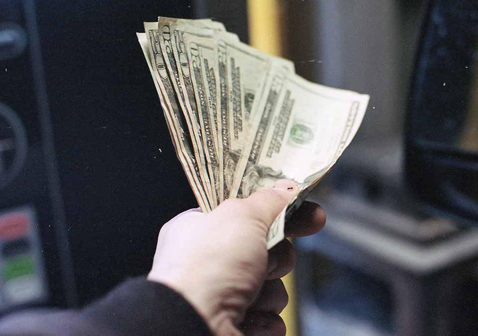 很多當鋪都在店面、網站標榜當日撥款,但是,當日撥款真的就是好的嗎?以前,到傳統式當舖借款時,都需要借款人持家中有價值性的物品,去現場進行估價,而估價完都以該商品價值性的五成到七成左右下去做借款。隨著時代的演變,現在的人們普遍因為急需資金周轉,往往無法等待漫長的審核期,因此選擇來當舖進行借貸當日撥款的服務。因為當鋪貸款當…