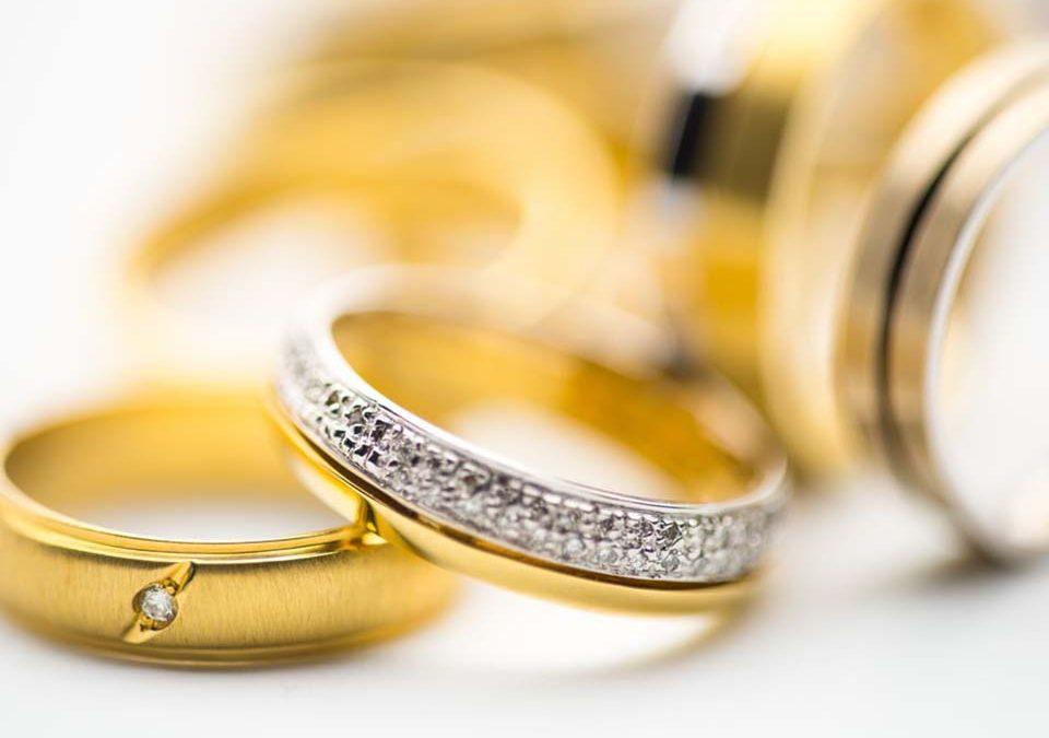 黃金買賣這項服務,在現代社會中還是有許多人在辦理,畢竟,黃金是具有保值的世界貨幣,再加上近兩年來,黃金的價格持續上揚,「一錢」的價格幾度漲到六千,黃金的增值空間可見一斑。然而,進行黃金買賣前,首先要知道黃金的重量怎麼換算,才能進一步得知黃金買賣價錢是多少。網路上有許多關於黃金買賣相關資訊,舉凡黃金買賣教學、黃金買賣管道…